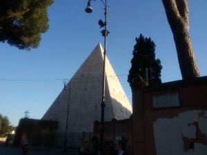 Пирамида в Риме